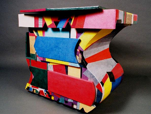 Voici un meuble très coloré. qui se nomme : le Meuble KITCH. Ce meuble comporte 3 tiroirs, plus sur sa hauteur un tiroir basculant. Sur le coté gauche vous pouvez mettre des magazines. Ses dimensions sont les suivantes : Hauteur 71 cm, Profondeur 70 cm, Largeur 80 cm.